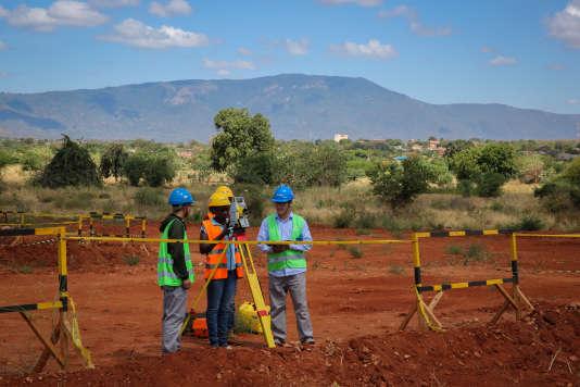 Des ingénieurs chinois et kenyans travaillent sur le chantier de la voie ferrée reliant Nairobi à Mombasa, dont l'inauguration est prévue en 2016