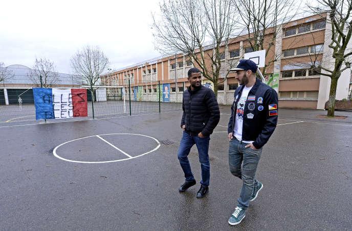 Karim Benzema et Karim Zenati (à gauche) dans la cour de leur ancienne école primaire, à Bron, le 30 mars 2015.