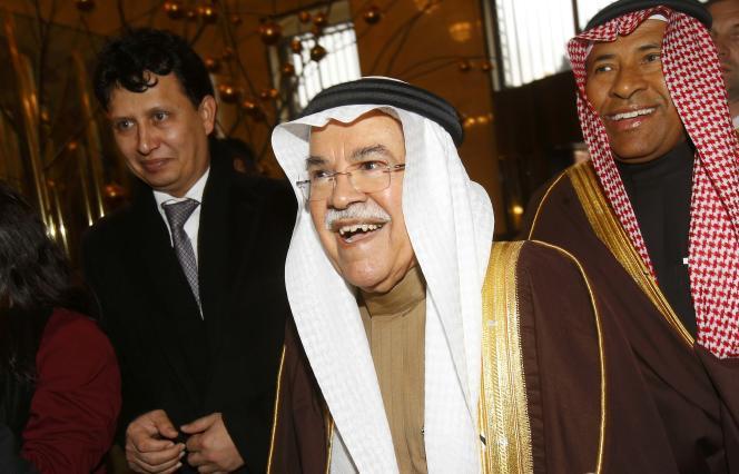 Le ministre saoudien du pétrole, Ali Al-Nouaïmi (au centre), à son arrivée à Vienne, mardi 1er décembre.