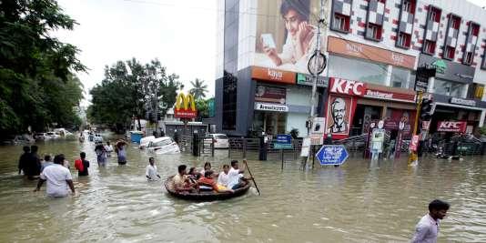Des habitants de Chennai (Madras) tentent de se frayer un passage dans les rues de la ville inondée, le 3 décembre 2015.