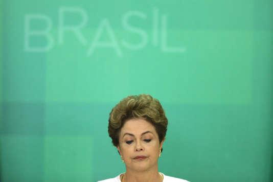 La présidente brésilienne, Dilma Rousseff, lors de son allocution télévisée après l'annonce du lancement de procédure de destitution à son encontre.