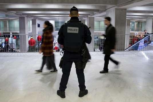 Des policiers à l'aéroport de Roissy-Charles de Gaulle le 3 décembre 2015.