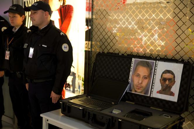 Des policiers à l'aéroport de Roissy-Charles-de-Gaulle, le 3 décembre 2015, devant les portraits de Salah Abdeslam et Mohamed Abrini, toujours recherchés dans l'enquête sur les attentats du 13 novembre.