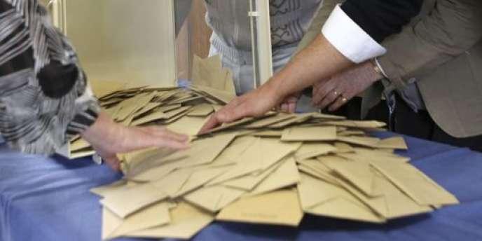Des bulletins de vote dans les urnes