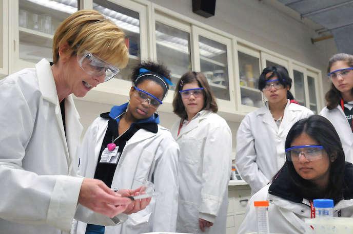 Programme de sensibilisation des jeunes femmes à la science, à l'Argonne National Laboratory, grand laboratoire de recherche américain (2015).