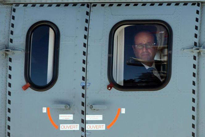François Hollande atterrissant sur le «Charles-de-Gaulle», le 15 août 2014, pour le70eanniversaire du débarquement en Provence.