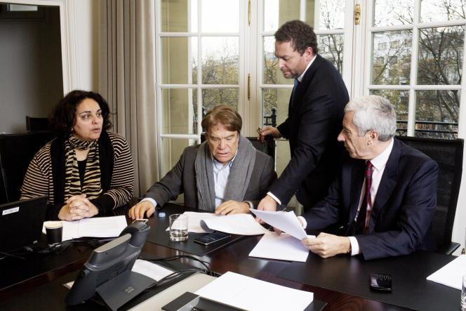 Bernard Tapie dans le bureau de son avocat Emmanuel Gaillard (à droite) à Paris le 3 décembre 2015.