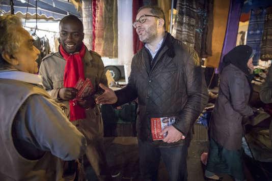 Rachid Temal, tête de liste, et Ali Soumaré, numéro trois sur la liste du Parti socialiste pour les élections régionales dans le Val-d'Oise, en campagne sur le marché de la place Berlioz à Villiers-le-Bel, mardi 10 novembre 2015