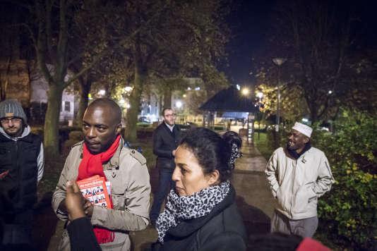 Ali Soumaré, numéro trois sur la liste du parti socialiste pour les élections régionales dans le Val-d'Oise, en campagne sur le marché de la place Berlioz à Villiers-le-Bel, mardi 10 novembre 2015