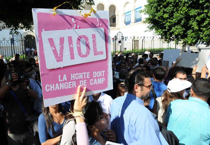 En octobre 2012, manifestation pendant le procès de la jeune Meriem Ben Mohamed, violée par deux policiers en septembre et qui avait  été poursuivie pour