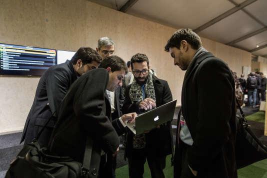 Des délégués du Brésil révisent un texte devant une salle de négociation, jeudi 3 décembre au soir.