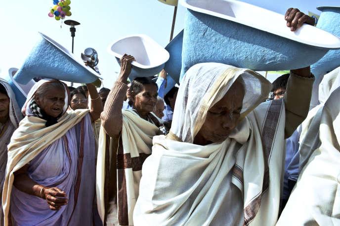 Des Indiennes défilent à l'occasion de l'ouverture du Sommet international des toilettes, le 18 novembre 2014 à New Delhi, afin de sensibiliser le pays à l'importance de disposer de cet équipement. Selon l'Unicef, presque la moitié des Indiens n'ont pas de cabinets privés.