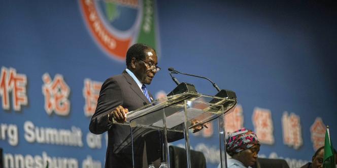 Le président du Zimbabwe et de l'Union africaine, Robert Mugabe, à la tribune du sommet Chine-Afrique, le 4 décembre.