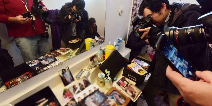 Des journalistes dans la maison du couple ayant tué 14 personnes, le 4 décembre à San Bernardino.