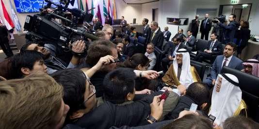 Parmi les participants à la conférence de l'OPEP, à Vienne vendredi 4 décembre, le ministre saoudien du pétrole, Ali Al-Nouaïmi (en bas à droite).