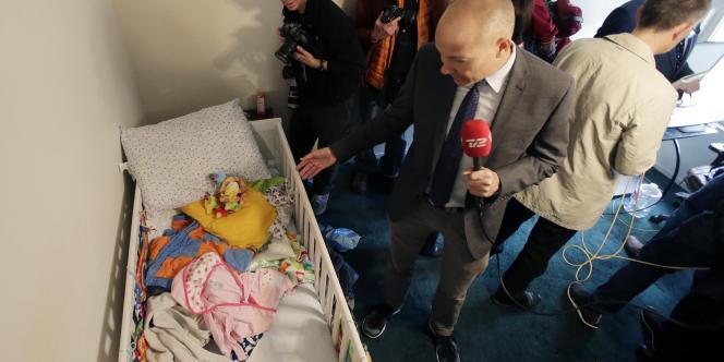 Des journalistes fouillent la chambre de l'enfant du couple incriminé.