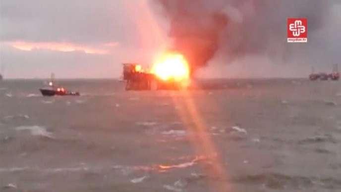 Image issue d'une vidéo montrant l'incendie qui ravage une plateforme pétrolière dans la mer Caspienne, en Azerbaïdjan, depuis le 4 décembre.