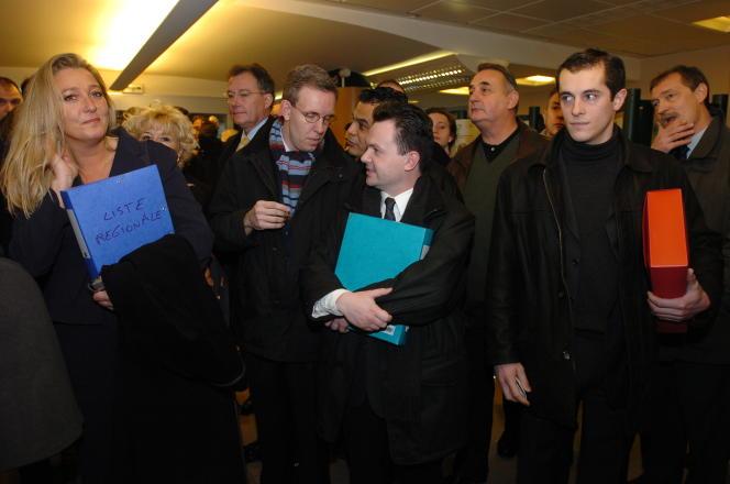 En 2004, lorsque Marine Le Pen et Nicolas Bay s'affrontaient lors des régionales en Ile-de-France. De gauche à droite : Mme Le Pen, la tête de liste FN de Paris, Martial Bild (parti du FN en 2008), Bruno Bilde, alors attaché de presse frontiste, et Nicolas Bay.