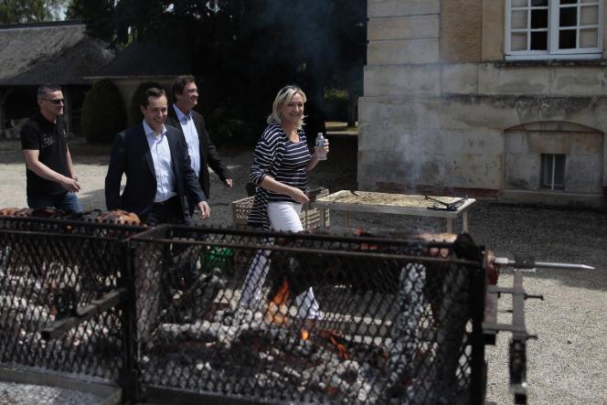MArine Le Pen avec Nicolas Bay (deuxième plan, à gauche) et Jacques Gaillard (deuxième plan, à droite).