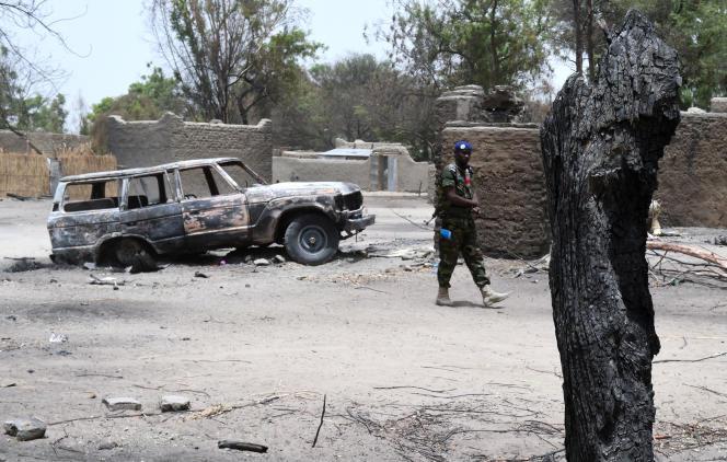 Patrol czadyjskich żandarmów przed spalonymi domami w Ngoboa, niedaleko jeziora Czad, 6 kwietnia 2015 r.