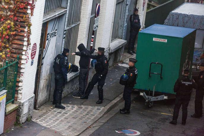 Opération des forces de l'ordre dans un squat au Pré-Saint-Gervais (Seine-Saint-Denis), le 27 novembre, dans le cadre de la COP21.