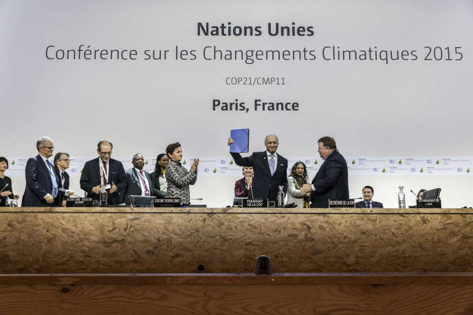 Le projet d'accord de Paris est présenté par Laurent Fabius lors de la COP21 au Bourget le 5 décembre 2015.