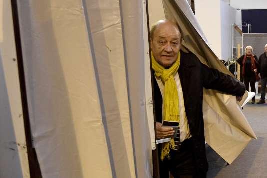 Jean-Yves Le Drian vote à Guidel, le 6 décembre.