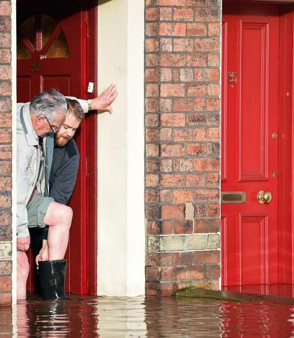 Les services météorologiques ont annoncé que davantage de pluies étaient attendues cette semaine dans le nord-ouest de l'Angleterre et le sud-ouest de l'Ecosse, où des matchs de football et de rugby ont été reportés.