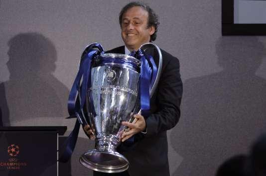 Michel Platini avec le trophée de la Champions League en avril 2011 à Londres.