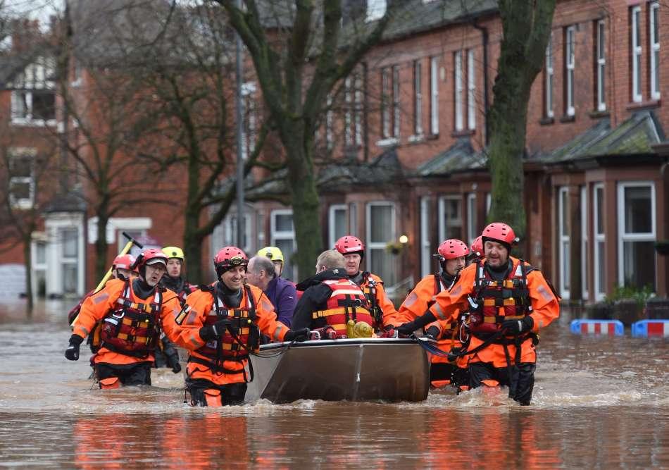 Le premier ministre britannique, David Cameron, a annoncé sur son compte Twitter la tenue d'une réunion d'urgence «pour s'assurer que tout était fait» pour les sinistrés.