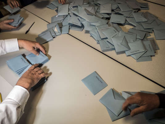 Dépouillement des urnes dans le bureau de vote de la mairie de Le Pontet pour les élections régionales 2015 en PACA.