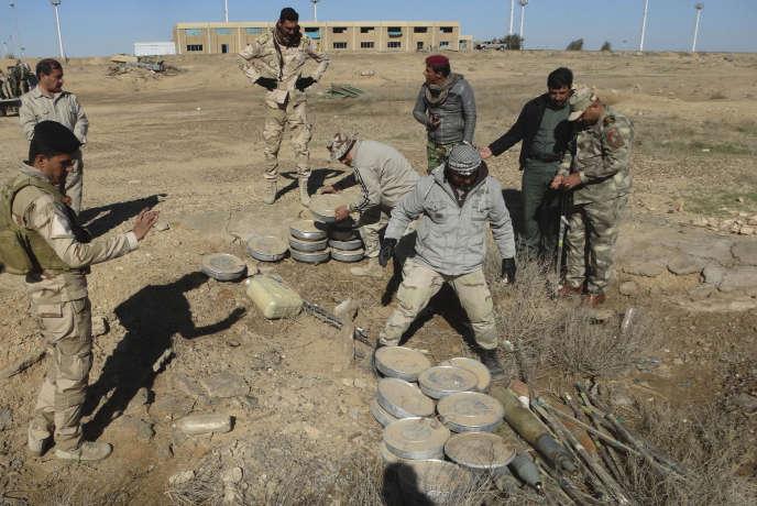 Des soldats irakiens s'apprêtent à détruire des explosifs laissés par l'organisation Etat islamique à la sortie de Ramadi, le 5 décembre 2015.