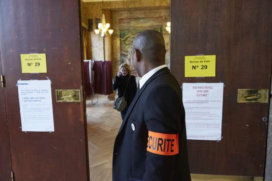 Dans un bureau de vote parisien, le 6 décembre.