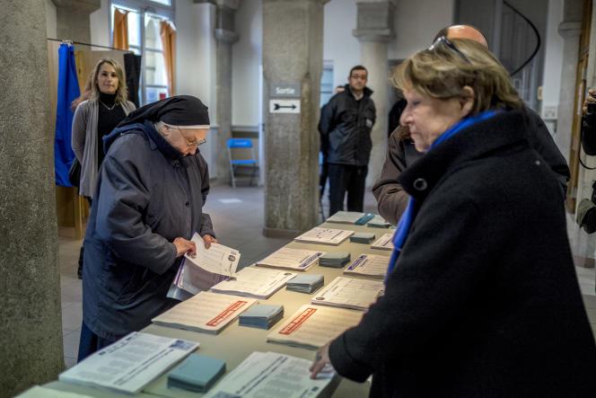 Premier tour des élections régionales, au bureau de vote de Saint-Asssicle, à Perpignan, le 6 décembre.