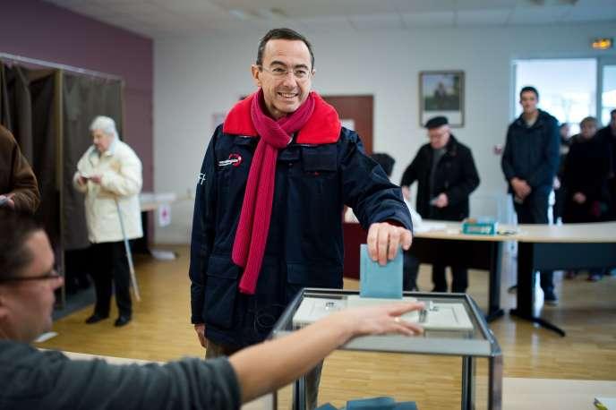 Bruno Retailleau (LR) dépose un bulletin lors des élections régionales en Pays de la Loire, le 6 décembre 2015.