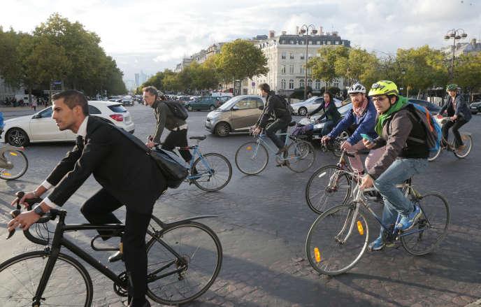 Des cyclistes à Paris le 22 septembre 2015.