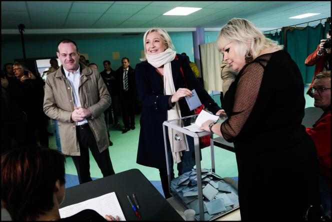 Marine Le Pen vote dans un bureau de vote d'Hénin-Beaumont, le 6 décembre 2015.