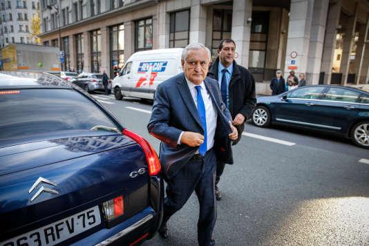Jean-Pierre Raffarin arrive au bureau politique du parti Les Républicains à Paris, le 7 décembre 2015