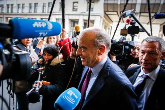 Alain Juppé arrive au bureau politique du parti Les Républicains à Paris, le 7 décembre 2015.