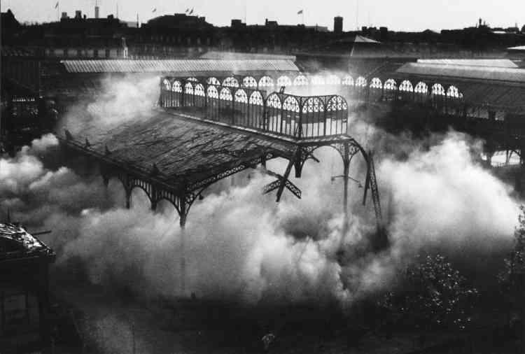 """""""Témoin de la démolition des anciennes Halles de Paris, Jean-Claude Gautrand photographie l'écroulement de ce pavillon Baltard alors qu'il est perché sur un des immeubles environnants."""""""