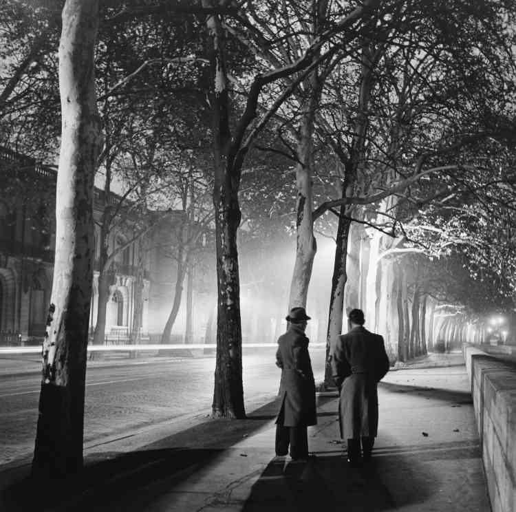 """""""Dès l'apparition du Rolleiflex en 1929, Roger Schall s'est emparé de ce nouveau outil pour représenter la vie nocturne de sa ville, Paris : format carré, vitesse lente et visée à mi-hauteur sont devenus ensuite des classiques."""""""