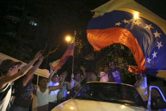Les partisans de l'opposition célèbrent la victoire du parti la Table de l'unité démocratique (MUD) aux élections législatives du 6 décembre, à Caracas.