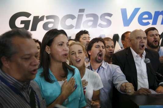 L'opposante Maria Corina Machado (en bleu), Lilian Tintori  (tee-shirt blanc), épouse du prisonnier politique Leopoldo Lopez, et Jesus Torrealba (chemise blanche), secrétaire de la Table de l'unité démocratique (MUD), le 6décembre.