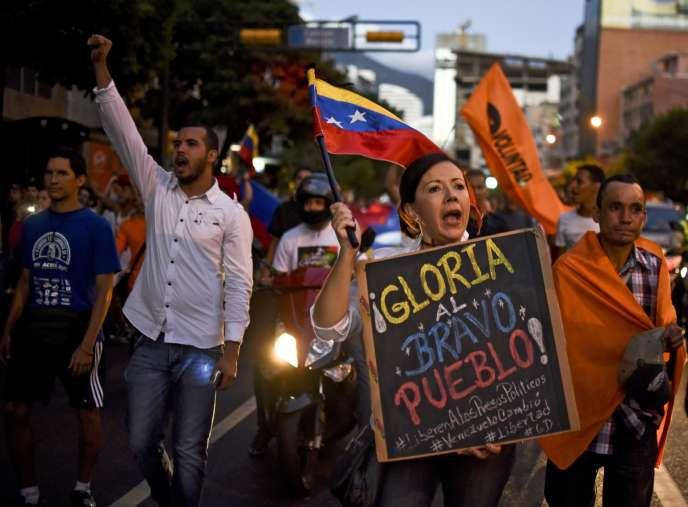 Des partisans de la coalition d'opposition MUD, lors de l'annonce de la victoire de cette dernière aux législatives vénézuéliennes, le 7 décembre à Caracas.