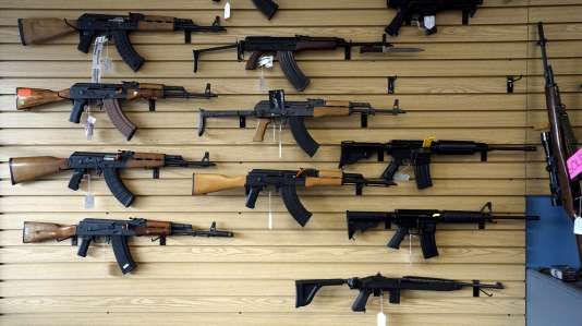 Des fusils AK et AR en vente chez un armurier du Colorado, le 7 décembre.