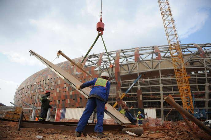 Sur le chantier du stade de football, près de Soweto, à Johannesburg, en Afrique du Sud, en 2009.