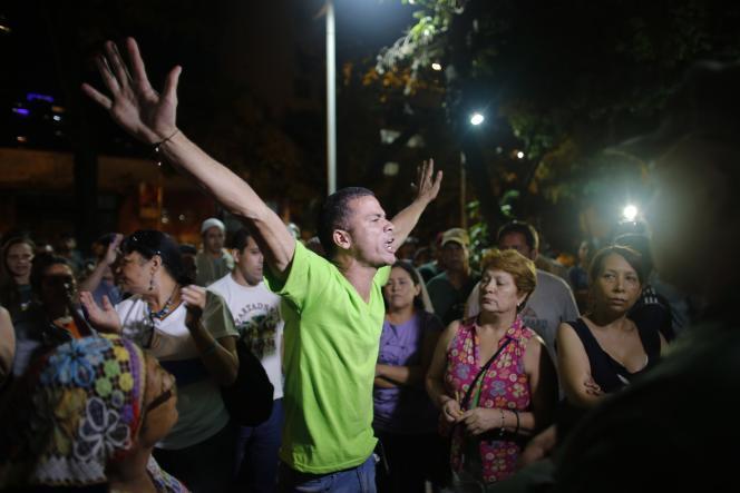 Un partisan de l'opposition célèbre la victoire annoncée de la coalition du MUD aux élections législatives au Venezuela.