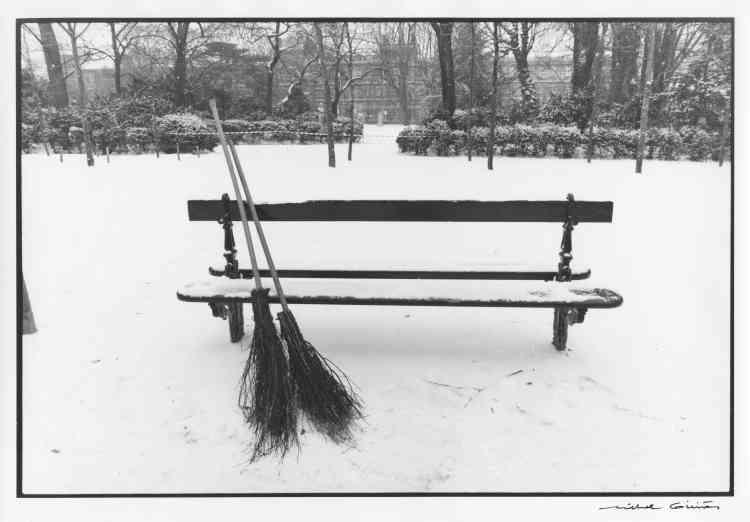 """""""Deux balais réunis sur un banc du Parc du Luxembourg en hiver : l'esprit de  Prévert, proche des humanistes, n'est pas loin dans cette photographie de Michel  Giniès."""""""