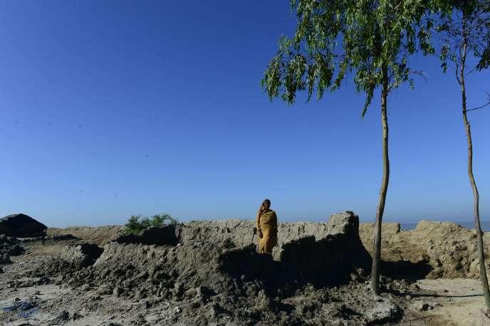 Une villageoise bangladaise, en 2015 sur l'île deKutubdia, à 330 km de Dacca. L'île entière devrait avoir disparu sous les eaux dans les prochaines décennies.