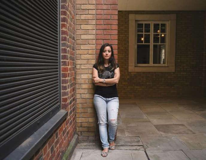 En 2013, Zaina Erhaim, qui vivait à Londres, est revenue dans son pays. Installée à Alep, dans les quartiers insurgés, elle témoigne du quotidien des Syriens qui rejettent le régime autant que l'extrémisme.